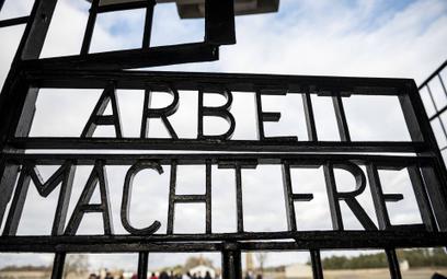 """Napis """"Praca czyni wolnym"""" na bramie do obozu Sachsenhausen"""