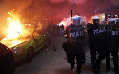 W czasie zamieszekuszkodzono 14 radiowozów oraz samochody TVN i Polskiego Radia. Miasto swoje straty