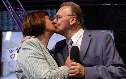 Reiner Haseloff, premier Saksonii-Anhalt z CDU, z żoną Gabriele, po ogłoszeniu sondażowych wyników w