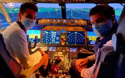 Na symulatorach można się uczyć latać airbusami i na boeingami