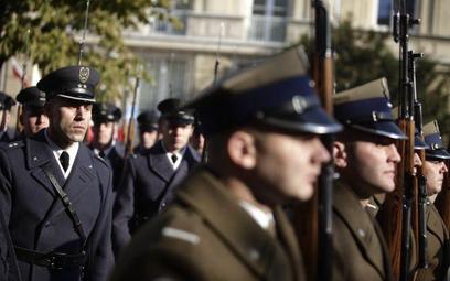 Wojsko bez dodatku motywacyjnego i nowych mundurów, ale z podwyżką