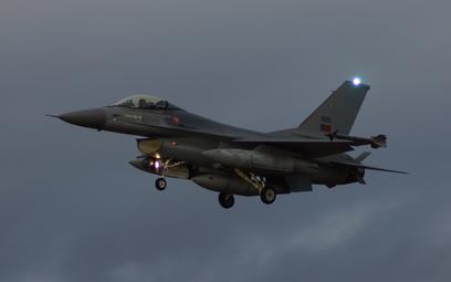 Portugalski F-16 AM podchodzi do lądowania na lotnisku w Malborku. Fot./ Łukasz Pacholski.