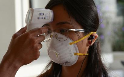 Mierzenie temperatury studentom na uczelni w Manili