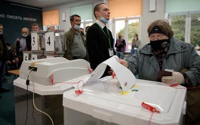 """Członek komisji wyborczej zabrał karty do głosowania. """"Naruszenie proceduralne"""""""