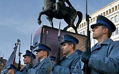 Policja w Katowicach dostaje od prezydenta miasta nagrody ze specjalnego funduszu. Na zdjęciu podcza