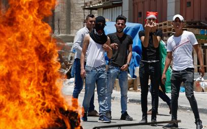 Palestyńczycy protestują przeciwko konferencji w Bahrajnie, paląc flagi Izraela i USA