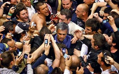 Wodzu, prowadź na Madryt. Jose Mourinho wśród fanów Interu, którzy witali wracającą drużynę na lotni