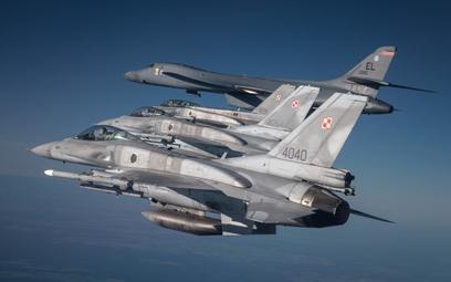 Polskie F-16 Jastrząb eskortują amerykański bombowiec strategicznych B-1B Lancer. Fot. MON/Piotr Łys
