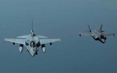 Amerykański F-35A w locie z F-16E Block 60 lotnictwa ZEA. Wydawało się, że zakup tych pierwszych prz