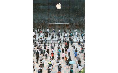 Kolejka do nowego sklepu Apple'a w Pekinie, lipiec 2020 r. Dostęp do ogromnego chińskiego rynku skła