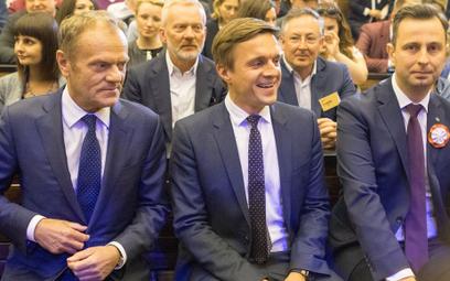 Leszek Jażdżewski w Auditorium Maximum. Obok Donald Tusk i Władysław Kosiniak-Kamysz.
