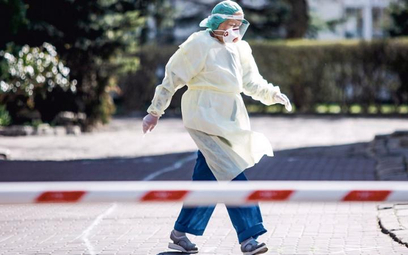 Problemem szpitali jest brak wolnych łóżek, respiratorów oraz personelu medycznego