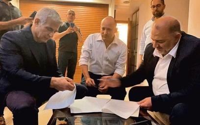 Historyczny kadr. Umowę podpisują Naftali Bennett (w środku), nacjonalista izraelski znany z antyara