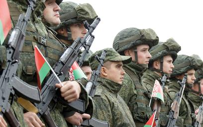 Białoruscy żołnierze na ceremonii rozpoczęcia manewrów na poligonie w głębi Rosji