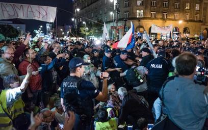 """Smoleńskie miesięcznice są okazją do konfrontacji """"dwóch polskich plemion""""."""
