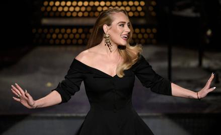 Adele ostatnio chętnie nosi ubrania podkreślające talię.