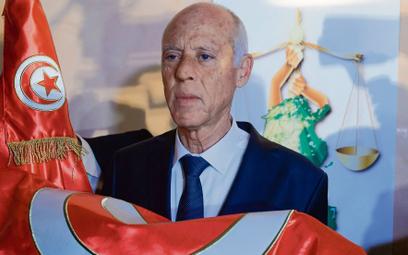 """Pod koniec lipca prezydent Kais Saied (na zdjęciu) """"zawiesił"""" działanie tunezyjskiego parlamentu na"""