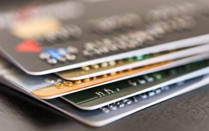 Karta płatnicza uszkodzona. Za duplikat trzeba płacić