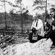 Reprodukcja fotografii z ekshumacji przeprowadzonej w 1943 roku