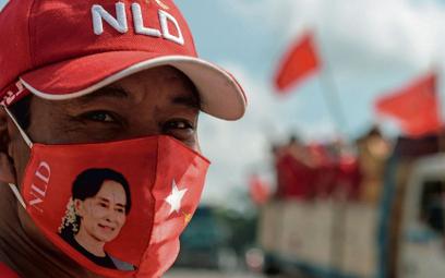 Opozycja, której pandemia szalenie utrudnia prowadzenie kampanii, wzywa do przełożenia wyborów. Aung