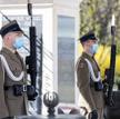Choć żołnierze nie muszą nosić masek, mają je pełniący wartę przed Grobem Nieznanego Żołnierza w War