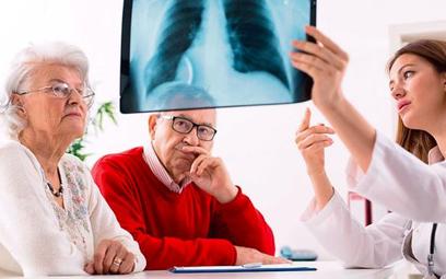 Na nowotwór płuca chorują głównie osoby po pięćdziesiątym roku życia - zarówno mężczyźni jak i kobie