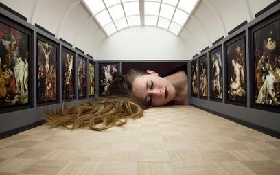 """Tezi Gabunia, """"Włóż głowę do galerii (Luwr)"""", 2015–2016, instalacja. Makieta Sali Rubensa, do której"""