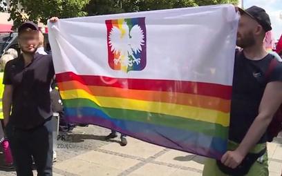 Prokuratura: transparent z orłem na tęczowym tle nie znieważa