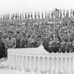 Adolf Hitler ogląda makietę Deutsches Stadion – gigantycznego stadionu zaprojektowanego przez Albert