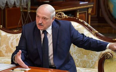 Łukaszenko tłumaczy, dlaczego pojawił się z karabinem w ręku