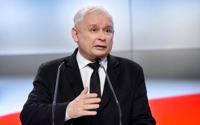 Jarosław Kaczyński nie tylko kazał oddać ministrom premie, ale także zapowiedział obniżkę wynagrodze