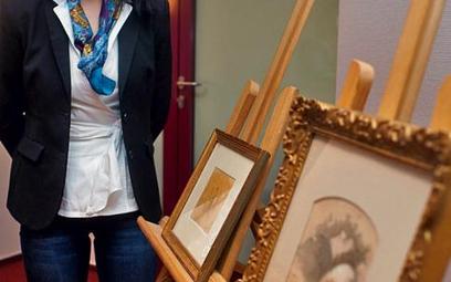 Alicja Knast, kurator Muzeum Fryderyka Chopina, prezentuje prace, które wzbogacą zbiory jej placówki