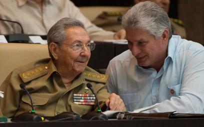 Raul Castro (z lewej) ze swoim następcą Miguelem Diazem-Canelą (z prawej)