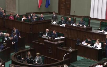 Sejm: Nitras z dziecięcymi bucikami dla Kaczyńskiego