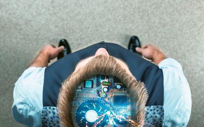 Badacze uważają wręcz, że ludzki mózg potrafi traktować smartfon niemal jak część ludzkiego ciała, a