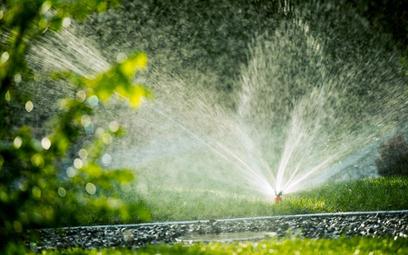 Czy gmina może zakazać podlewania ogródków czy napełniania basenów z powodu deficytu wody?