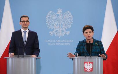 Premier Beata Szydło (P) oraz wicepremier, minister rozwoju i finansów Mateusz Morawiecki (L) podcza