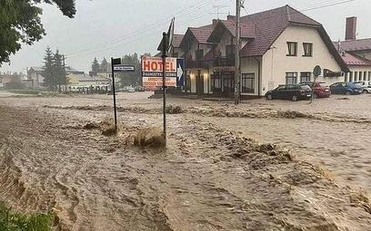 Tydzień temu intensywne opady deszczu spowodowały tzw. powódź błyskawiczną. Na zdjęciu zalane Tęgobo