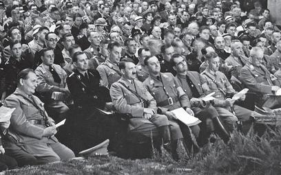 Alfred Rosenberg u boku Hitlera w pierwszym rzędzie na widowni w teatrze Apollo w Norymberdze w 1934