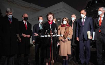 Senator Susan Collins (przy mikrofonie) i jej republikańscy koledzy pospotkaniu wBiałym Domu zpre