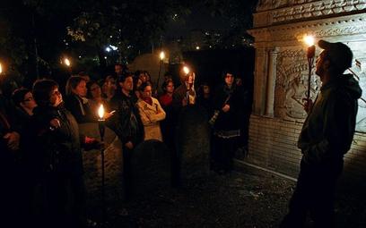 Stałym punktem programu jest nocne zwiedzanie cmentarza przy Okopowej
