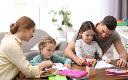 Czy z zasiłku opiekuńczego może korzystać zarówno ojciec jak i matka?