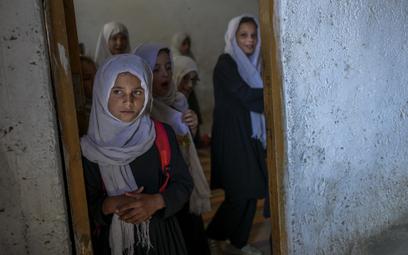 Afganistan: Niektóre dziewczynki wróciły do szkół. Pozostałe czekają