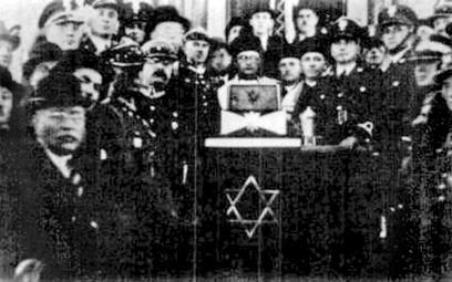 Baruch Steinberg, naczelny rabin Wojska Polskiego (w środku), zginął w Katyniu, jak wielu innych ofi