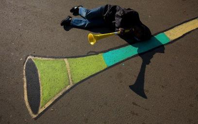 RPA, Johannesburg. Chłopiec z wuwuzelą dzień przed rozpoczęciem Mundialu