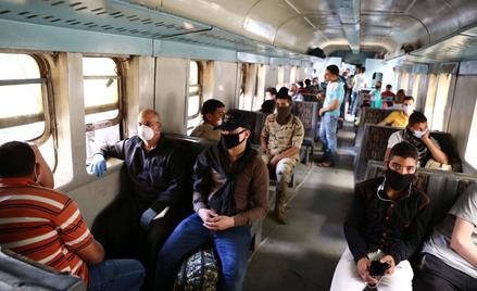 Ludzie w maskach w pociągu w Kairze