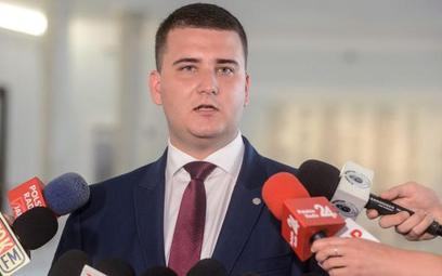 """Antoni Macierewicz zawiesił Bartłomieja Misiewicza, ale oczekuje teraz dowodów od tych, którzy go """"s"""