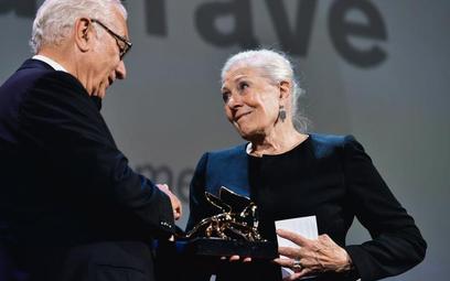 Vanessa Redgrave otrzymuje od przewodniczącego weneckiego Biennale Paola Baratty Złotego Lwa za osią