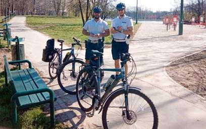 Mniejszy ruch na drogach sprawie, że np. w Krakowie policjanci z drogówki przesiedli się na rowery i