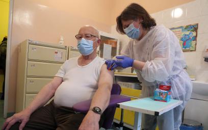Nie ma większego wzrostu zachorowań na Covid-19. Trwają szczepienia, również nauczycieli